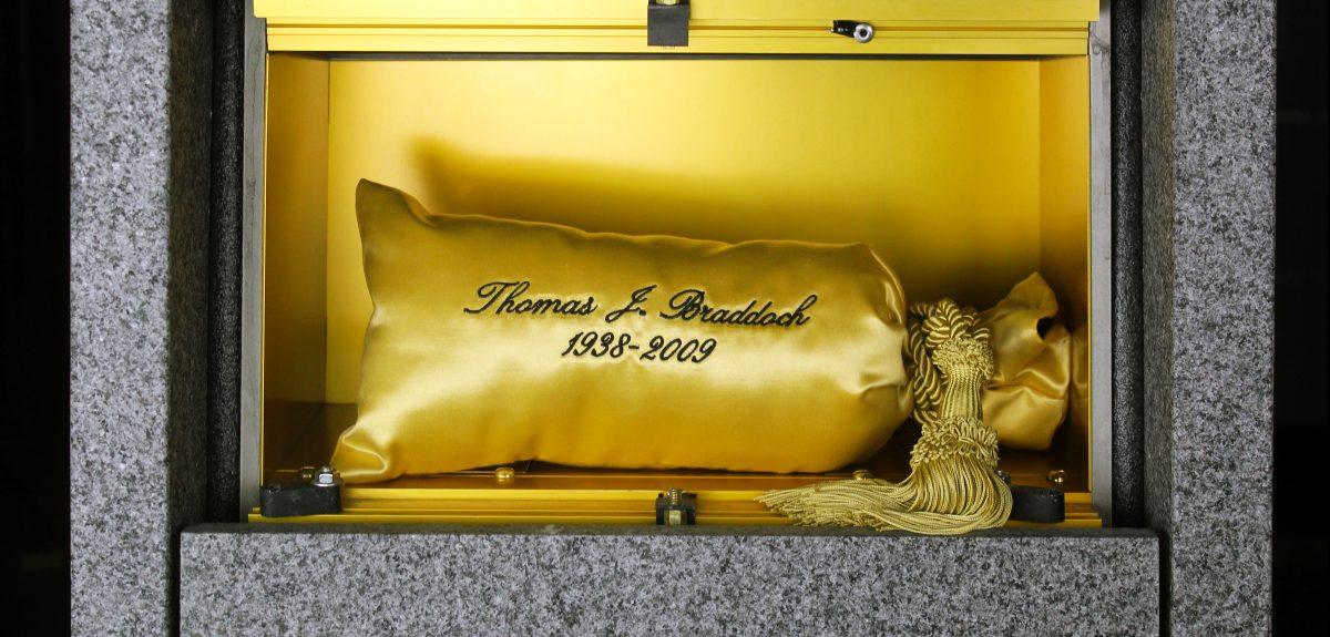 Satin Urn Gold in Ossuarium